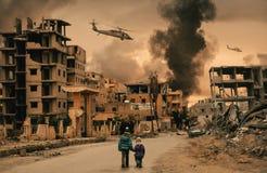 Hemlös liten flicka som två går i förstörd stad royaltyfri bild