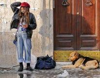 Hemlös man med hunden Arkivfoton