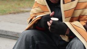 Hemlös man som räknar pengar och tänker om hans liv, armod, armod stock video