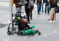 Hemlös man som ses söka efter välgörenhet i en nord - amerikansk stad Fotografering för Bildbyråer
