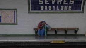 Hemlös man som sover på den Sevres-Babylone gångtunnelstationen i Paris, Frankrike lager videofilmer