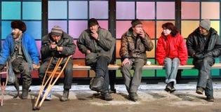 Hemlös på bussstationen. Royaltyfri Foto