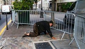 Hemlös på gatorna av Paris Royaltyfri Bild