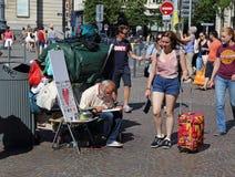 Hemlös person och turister i Lille, Frankrike Royaltyfri Bild