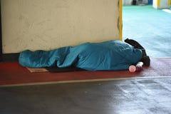 Hemlös person som sover buse Arkivfoton
