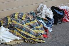 Hemlös person som sover på gatan Fotografering för Bildbyråer