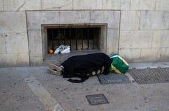 Hemlös som sover i gatan Royaltyfria Foton