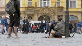 Hemlös tiggare Man med hundtiggerin för allmosa på gatan i Prague, Tjeckien stock video