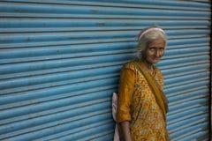 Hemlösa fattiga kvinnor Fotografering för Bildbyråer