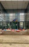 Hemlösa läger i en tom kontorsbyggnad arkivfoto