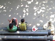 Hemlösa män på gatan royaltyfria bilder