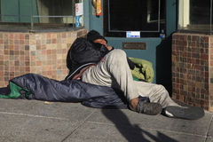 Hemlösa mansömnar på gatan Arkivfoto