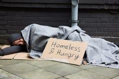 Hemlöst och hungrigt sova för man Fotografering för Bildbyråer