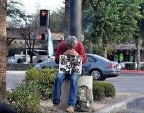 Hemlöst sammanträde för veteran för USA-armé på ett hörn i Mesa, Arizona Royaltyfri Foto