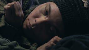Hemlöst tonårigt gråta för pojke, saknat hem, föräldralös eller barn som överges av tillståndet stock video