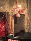 Hemlagad åldrig hallonlikör framme av en lantlig träbac Arkivfoton