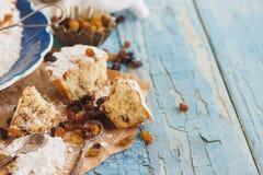Hemlagad bakning: Muffin med russin och sockerpulver Fotografering för Bildbyråer