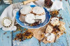 Hemlagad bakning: Muffin med russin och sockerpulver Arkivfoto