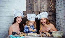 Hemlagad bakning och matlagning arkivbilder