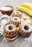 Hemlagad banankaka med pudrat socker Arkivbilder