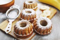 Hemlagad banankaka med pudrat socker Royaltyfria Foton