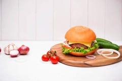 Hemlagad BBQ-hamburgare på träbakgrund Royaltyfri Foto