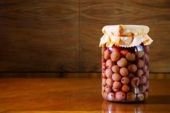 Hemlagad bevarad frukt i krus, hemlagad bevarad frukt i krus, Arkivbild