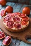 hemlagad cakefrukt Blodapelsinkaka med rå organiska apelsiner Arkivbilder