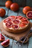 hemlagad cakefrukt Blodapelsinkaka på ekbräde med rå ora Arkivbild