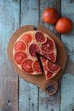 hemlagad cakefrukt Sund blodapelsinkaka på ekbräde på s Fotografering för Bildbyråer