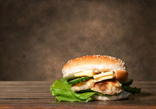 hemlagad cheeseburger Arkivbilder
