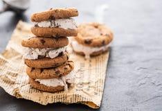 Hemlagad choklad Chip Cookie Ice Cream Sandiwch på en pappers- bakgrund arkivfoto