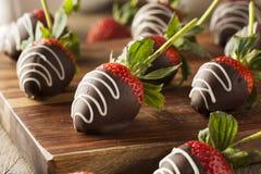 Hemlagad choklad doppade jordgubbar Arkivfoton