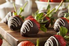 Hemlagad choklad doppade jordgubbar Arkivfoto