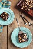 Hemlagad choklad täcker tårtan med tokigt Arkivbild