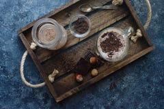 Hemlagad chokladmilkshake i exponeringsglas på träbakgrund Arkivbilder