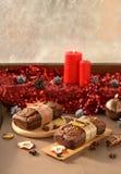 Hemlagad christmastkaka med garnering för röd färg Royaltyfri Fotografi
