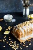 Hemlagad citronkaka med russin, muttrar och vaniljglasyr på kaka Arkivfoton