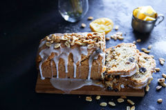 Hemlagad citronkaka med russin, muttrar och vaniljglasyr på kaka Arkivbilder