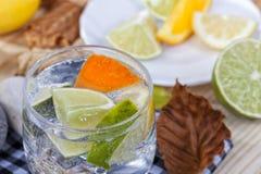 Hemlagad coctail med citrusfrukter i den glass koppen med transpare Arkivbilder