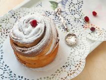 Hemlagad cruffinefterrätt som dekoreras med sockerpulver och torkade tranbär Slut upp, bästa sikt arkivbilder
