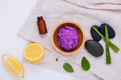 Hemlagad den hudomsorg och kroppen skurar med den naturliga ingredienscitronen Royaltyfri Bild