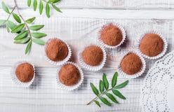 Hemlagad efterrätt för godis för chokladtryfflar på träbakgrundsslut upp royaltyfri fotografi