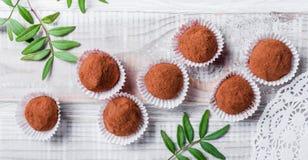 Hemlagad efterrätt för godis för chokladtryfflar på träbakgrundsslut upp Läcker chokladbränd mandel med dekoren arkivfoto