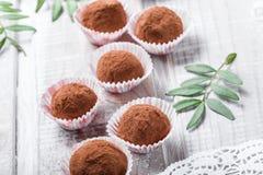 Hemlagad efterrätt för godis för chokladtryfflar på träbakgrundsslut upp Läcker chokladbränd mandel med dekoren royaltyfri bild