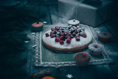 hemlagad efterrätt för julpajferie i för trädgarneringar för nytt år ram på tappningträtabellbakgrund Royaltyfria Bilder