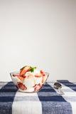 Hemlagad efterrätt med den ny jordgubben och kräm i en bunke på ch arkivfoto