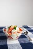 Hemlagad efterrätt med den ny jordgubben och kräm i en bunke på ch arkivbild