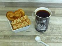 Hemlagad frasig puff flagig bakelse i den vitt porslinbunken och kaffe royaltyfri foto
