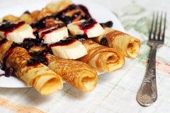 Hemlagad frukost av pannkakor med bananen Royaltyfria Bilder